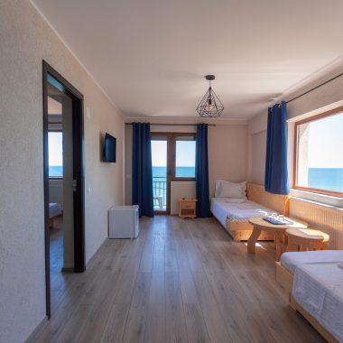 BlackSeaView - Camere - Apartament - paturi sofa, frigider, ieșirea în terasă