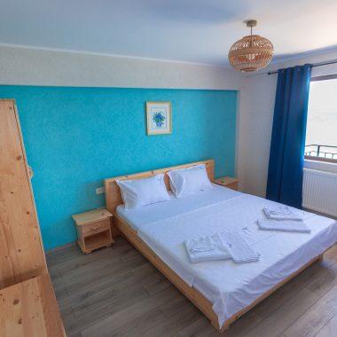 BlackSeaView - Camere - Apartament - pat, dulap și fereastră
