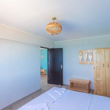BlackSeaView - Camere - Apartament - pat, dulap și ușă