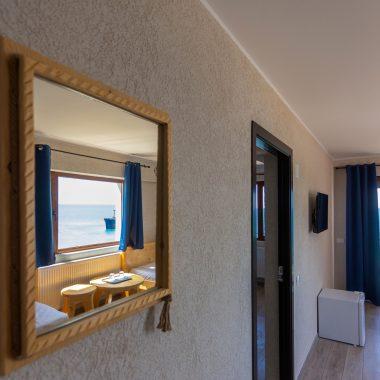 BlackSeaView - Camere - Apartament - detaliu cu oglindă și epavă