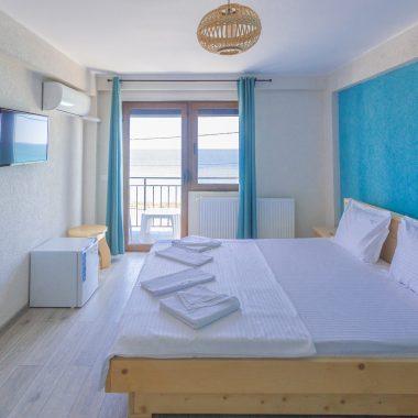BlackSeaView - Camere - Camera Dubla Etajele 1 si 2 - pat, frigider, televizor, aer condiționat, ieșirea în terasă