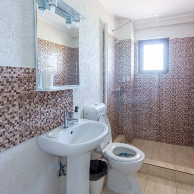 BlackSeaView - Camere - Camera Dubla Etajele 1 si 2 - toaletă cu chiuvetă, wc și duș