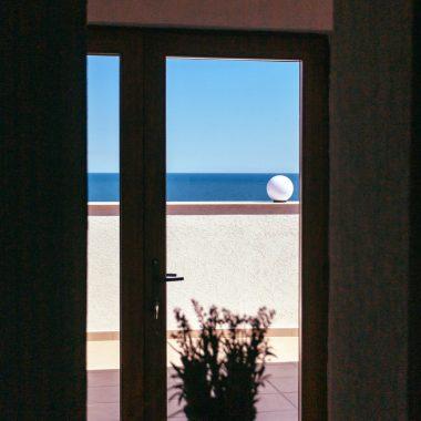 BlackSeaView - Holuri si Scari - detaliu din hol spre fereastră