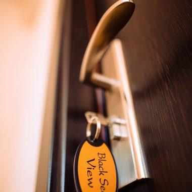 BlackSeaView - Holuri si Scari - detaliu cu cheia în ușă