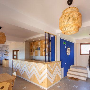 BlackSeaView - Intrarea si receptia din fata - sala de mese și scările, cu recepția în centru